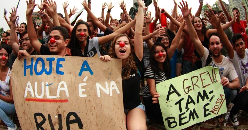 29.ago.2012 - Alunos da Universidade de Federal do Pará realizam protesto na Praça da República, em Belém (PA), nesta quarta-feira (29), contra a greve de professores da instituição. Os docentes paralisaram as atividades há mais de 100 dias