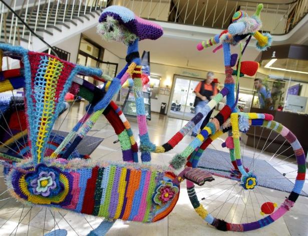 29.ago.2012 - Bicicleta completamente revestida por crochê feito pela artista Martha Schlothmann é exposta na Prefeitura de Neukirchen-Vluyn, na Alemanha