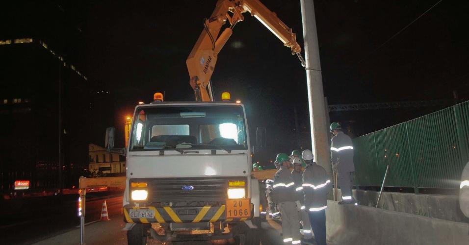 29.ago.2012 - Equipe remove postes na madrugada desta quarta-feira (29), da marginal Pinheiros, na altura da avenida Juscelino Kubitschek, em São Paulo. A remoção é para a construção de um novo viaduto