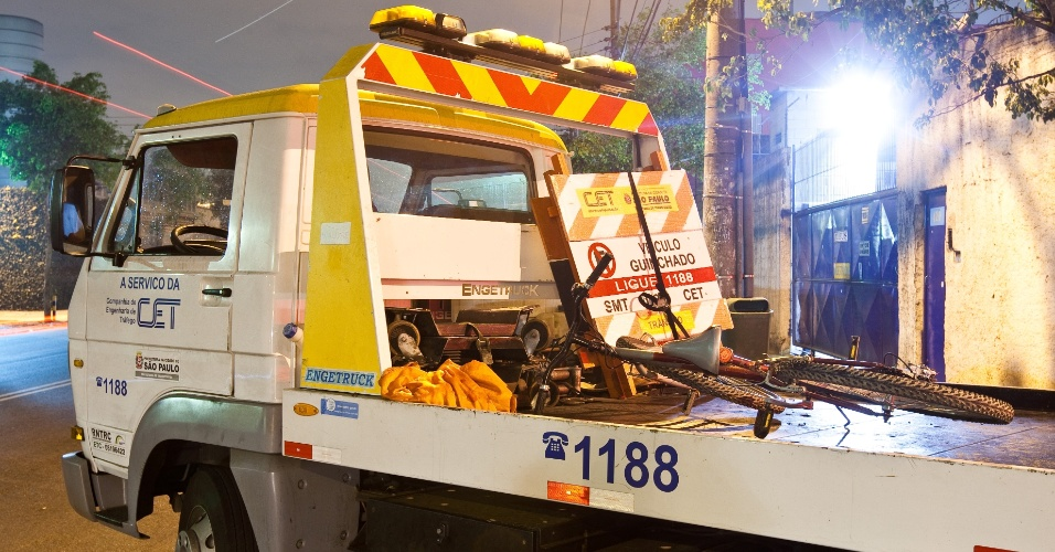 29.ago.2012 - Guincho da CET e ciclista se envolvem em acidente na rua Fritz Jank, na Vila Maria, zona norte de São Paulo, na madrugada desta quarta-feira (29)