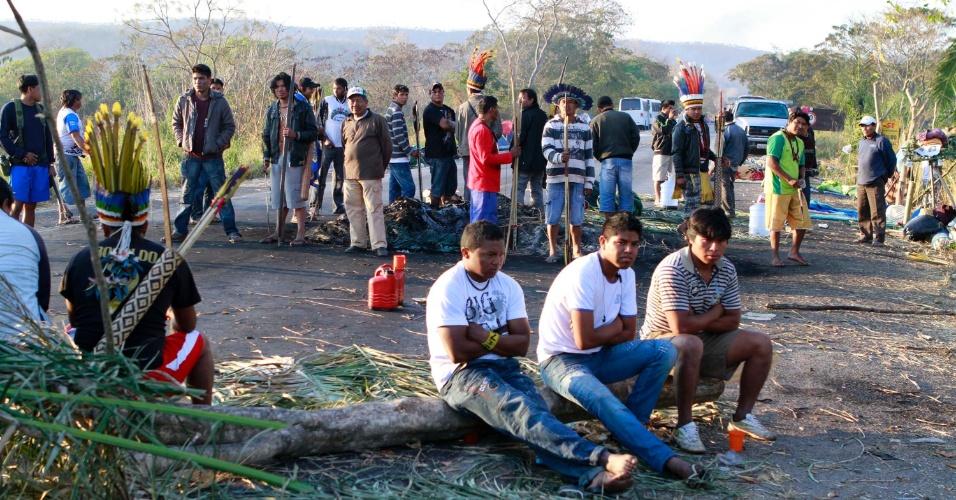 29.ago.2012 - Índios bloqueiam na manhã desta quarta-feira (29), pelo terceiro dia, a BR-364, que liga Cuiabá a Rondonópolis no Mato Grosso