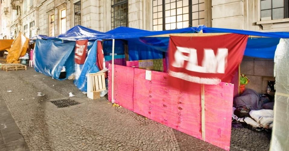 29.ago.2012 - Moradores sem-teto acampam ao lado do prédio dos Correios, na avenida São João, no centro de São Paulo, depois de terem sido retirados de prédio ocupado por eles há cerca de nove meses na avenida Ipiranga