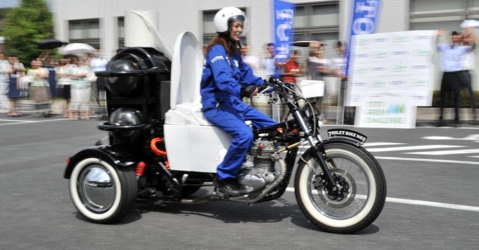 29.ago.2012 - Mulher pilota uma motocicleta com visual bem diferente pelas ruas de Tóquio, no Japão, nesta quarta-feira (29). O veículo é equipado com uma bacia sanitária e funciona com biogás obtido de dejetos de animais