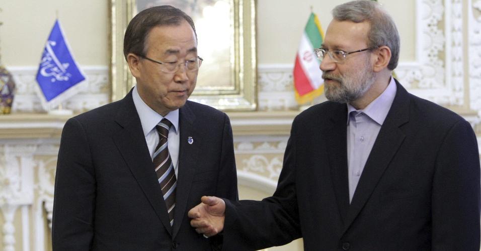 29.ago.2012 - O secretário da onu Ban Ki-Moon se encontra nesta quarta-feira (29) com o porta-voz do parlamento iraniano, Ali Larijani (dir.), em Teerã, no Irã, durante primeira visita ao país árabe. Ban vai tratar da questão nuclear e supostas violações dos direitos humanos