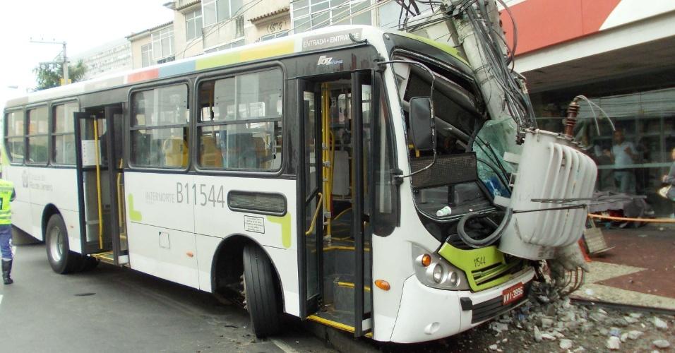 29.ago.2012 - Ônibus que fazia a linha 908 (Guardalup - Bonsucesso) bateu em um poste, na manhã desta quarta-feira (29) na estrada do Portela, altura do Madureira Shopping Rio, zona norte do Rio de Janeiro