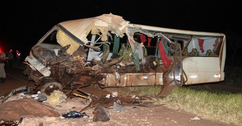 29.ago.2012 - Ônibus que transportava trabalhadores rurais da usina Caeté bateu de frente com uma carreta carregada de tijolos ao tentar desviar de um animal na pista, no final da noite de terça (28), na rodovia MG-427, altura do município de Conceição das Alagoas (MG). O motorista da carreta ficou em estado grave e o motorista do ônibus morreu no local. Outras duas pessoas morreram e doze ficaram feridas