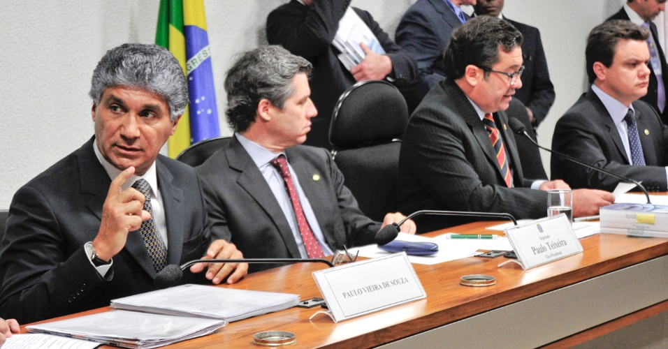 29.ago.2012 - Paulo Vieira de Souza (primeiro), ex-diretor da Dersa, depõe na CPI do Cacoheira, em Brasília