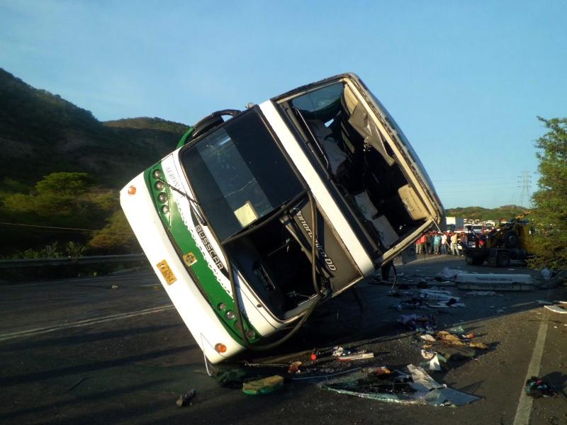 29.ago.2012 - Pelo menos 10 pessoas morreram e 20 ficaram feridas depois que um ônibus de passageiros capotou por causas ainda desconhecidas no Estado Lara, no noroeste da Venezuela