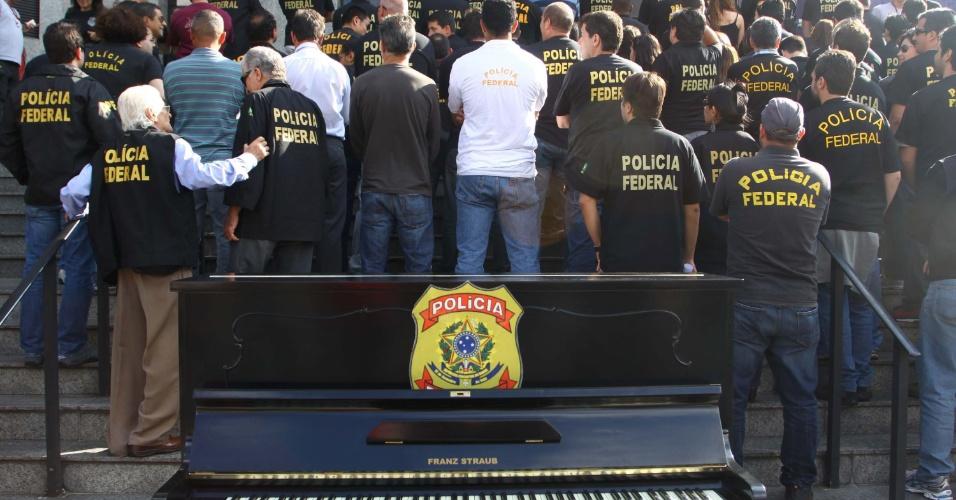 29.ago.2012 - Policiais federais em greve protestam em frente à superintendência do Departamento de Polícia Federal, na Lapa, zona oeste de São Paulo, na tarde desta quarta-feira (29). O protesto contou com um piano, carregado pelos policiais até a escadaria do prédio da Polícia Federal