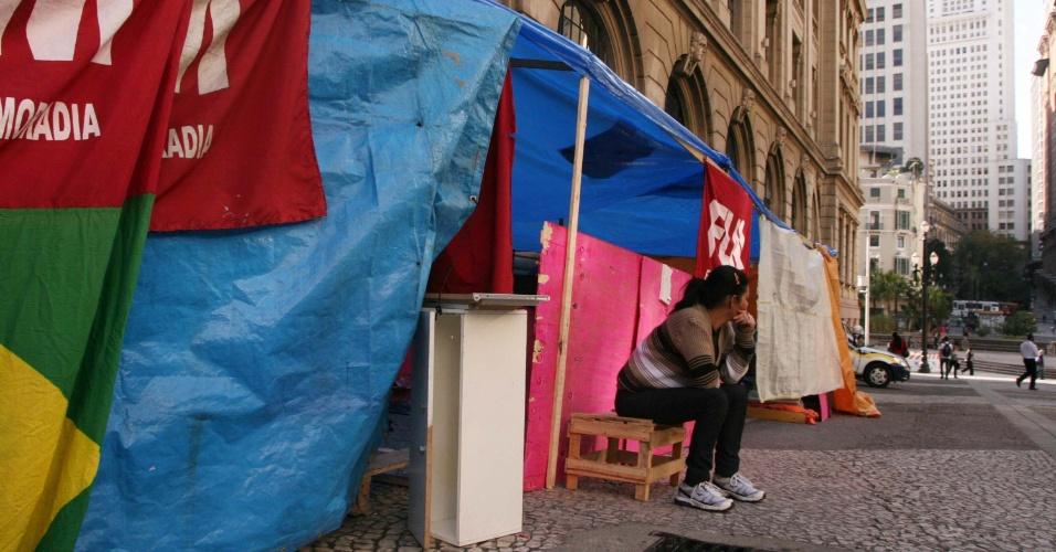 29.ago.2012 - Sem-tetos retirados de prédio na avenida Ipiranga acampam em frente à Companhia Metropolitana de Habitação (Cohab), na avenida São João, em São Paulo (SP). As famílias permanecerão acampadas no local até um acordo com a prefeitura