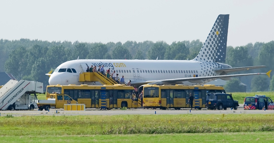 29.ago.2012 - Um avião da companhia Vueling que partiu de Málaga, na Espanha, para Amsterdã, na Holanda, aterrissou nesta quarta-feira (29) no aeroporto Schiphol (cidade holandesa), após ser escoltado por dois caças F-16. Havia a suspeita de que a aeronave tinha sido sequestrada