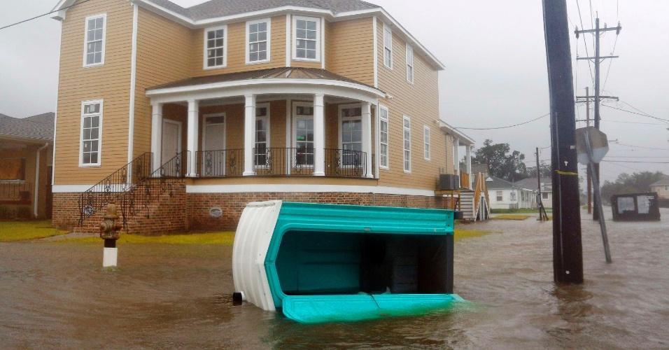 29.ago.2012 - Um banheiro químico é visto boiando em rua alagada pela passagem do furacão Isaac em Nova Orleans, no estado de Louisiana (EUA), nesta quarta-feira (29)