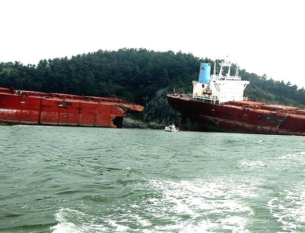 29.ago.2012 - Um navio cargueiro se partiu ao meio em Sacheon, a 440 quilômetros de Seul, depois da passagem do tufão Bolaven pela Coreia do Sul