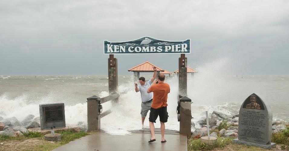 29.ago.2012 - Homem é atingido por uma onda no píer de Ken Combs, no Mississippi (EUA), após a passagem do furacão Isaac, nesta quarta-feira (29). Além de fortes tempestades, o furacão provocou ondas que chegaram a medir mais de dois metros de altura