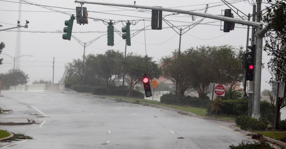 29.ago.2012 ? Semáforos ficam soltos e pendurados pelos fios de energia elétrica em uma rua na área central de Nova Orleans, Louisiana (EUA), após a passagem do furacão Isaac nesta quarta-feira (29)