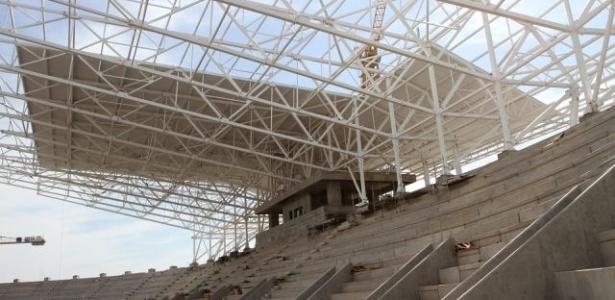 Arena do Grêmio começa a receber telhado da cobertura (29/08/2012)