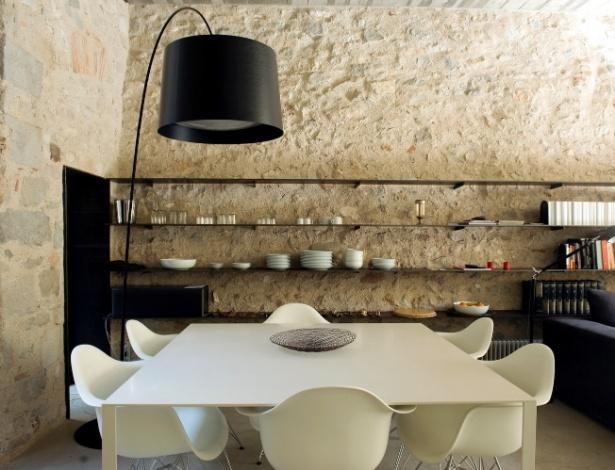 """Casa em Girona, Espanha, teve reforma de US$ 900 mil e é """"colcha de retalhos arqueológica"""""""
