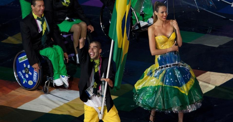 Daniel Dias, da natação, foi o porta-bandeira do Brasil na cerimônia de abertura dos Jogos Paraolímpicos