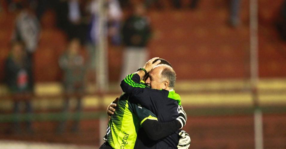 Felipão, técnico do Palmeiras, abraça o goleiro Dida, da Portuguesa, antes do confronto no Canindé