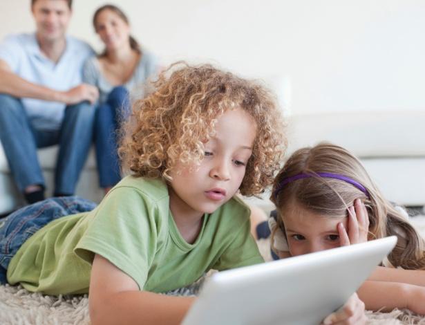 Resultado de imagem para criança no tablet
