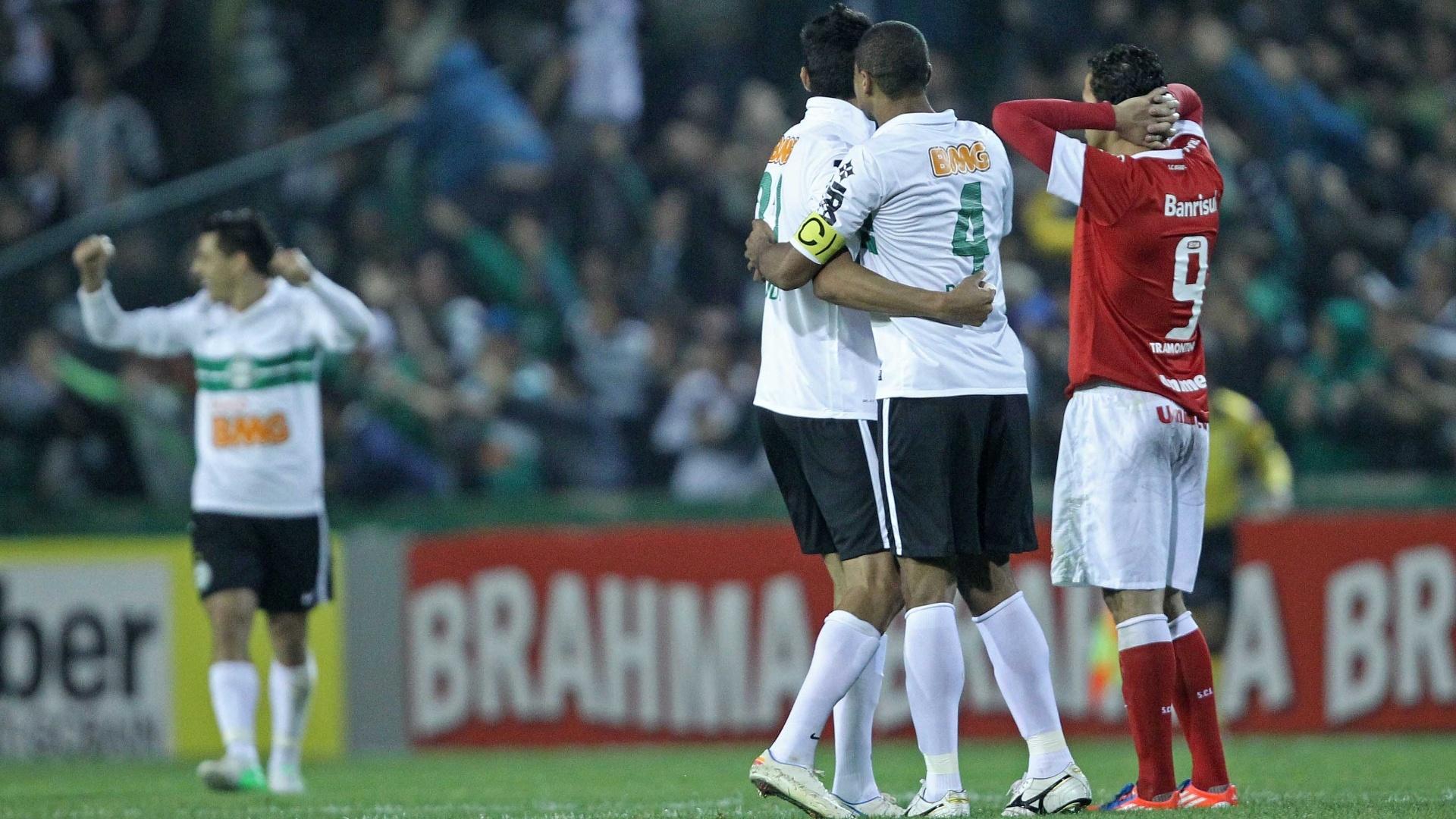 Jogadores do Coritiba comemoram gol da equipe no duelo contra o Internacional, no Couto Pereira