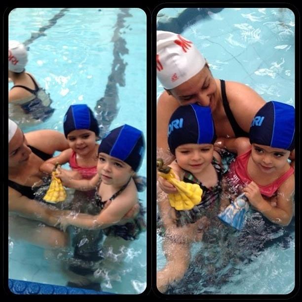 Luciano mostra foto da primeira aula de natação das filhas gêmeas