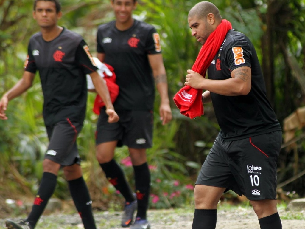 Observado por jovens do Flamengo, Adriano se prepara para treino no Ninho do Urubu