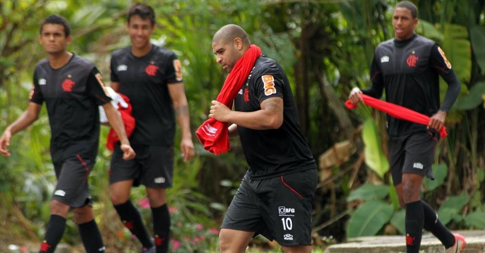 Observado por jovens do Flamengo, Adriano se prepara para treino no Ninho do Urubu