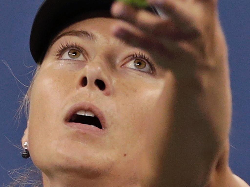 Sharapova se prepara para sacar contra Lourdes Dominguez Lino na 2ª rodada do Aberto dos EUA