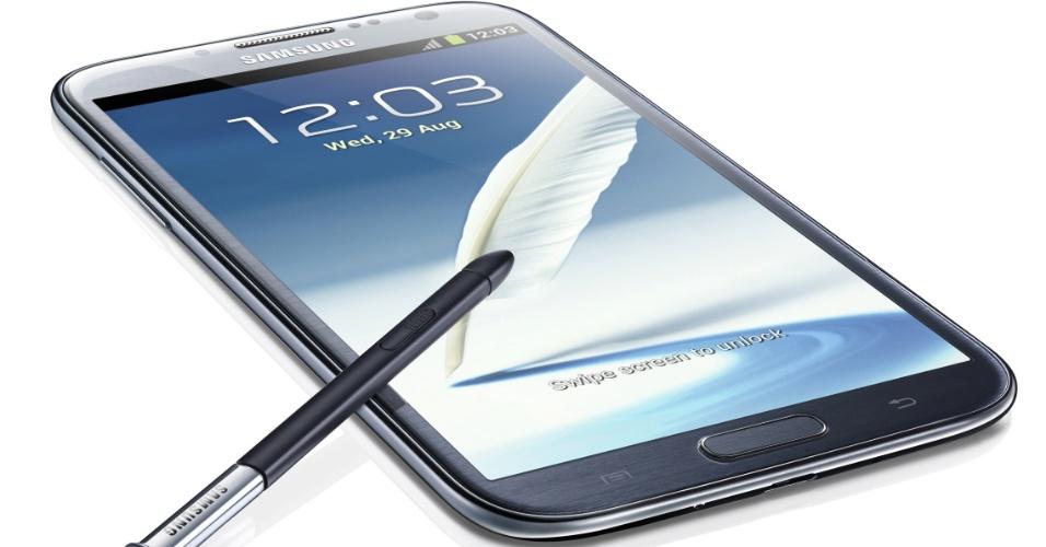 29.ago.2012 - Samsung apresentou nesta quarta-feira (29/8) o Galaxy Note 2, um híbrido de smartphone e tablet. O aparelho tem uma tela de 5,5 polegadas (a tela tem formato 16:9), processador quad-core (quatro núcleos) de 1,6 GHz, 2 GB de memória RAM e virá com o sistema operacional Android Jelly Bean, lançado no mês de julho pelo Google. De seu antecessor, com tela de 5,3 polegadas, a Samsung manteve a câmera de 8 megapixels (que também grava vídeos em resolução FullHD 1080P) e a caneta S Pen