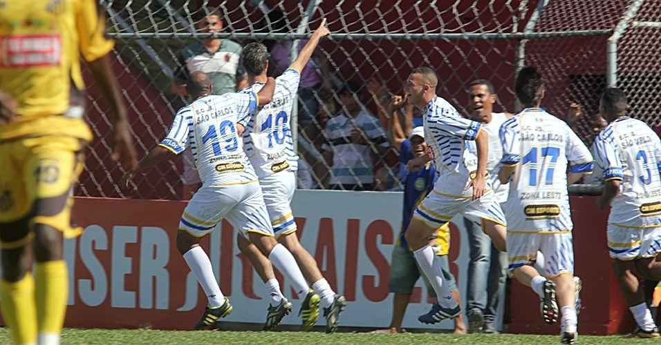Time do Jardim São Carlos comemora gol na Copa Kaiser