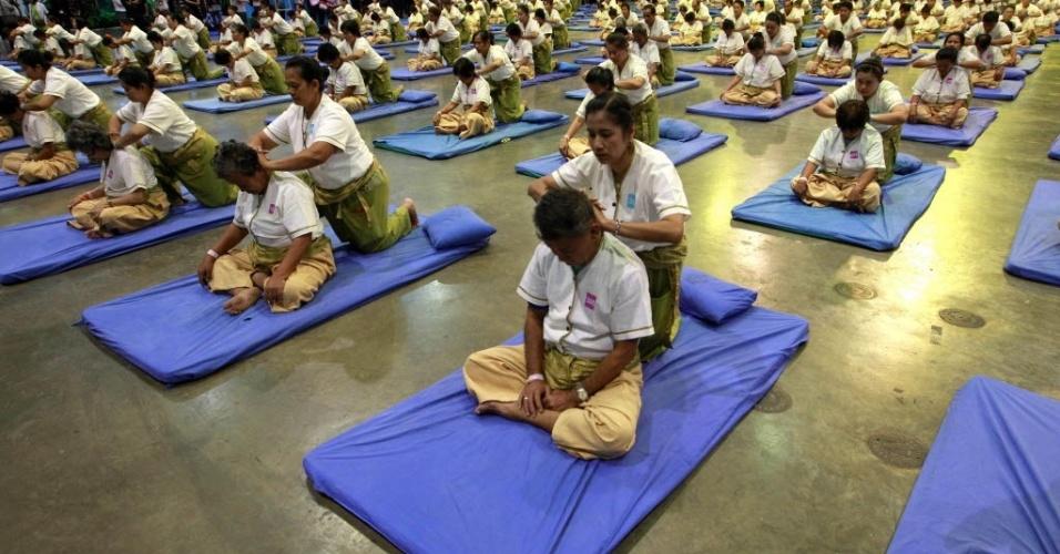 30.ago.2012 - Grupo de massagistas da Tailândia entrou para o Livro dos Recordes ao fazer massagem em 641 pessoas simultaneamente durante 12 minutos nesta quinta-feira (30) na capital Bancoc. A Tailândia é conhecida como a capital mundial da massagem. O recorde anterior pertencia à Austrália