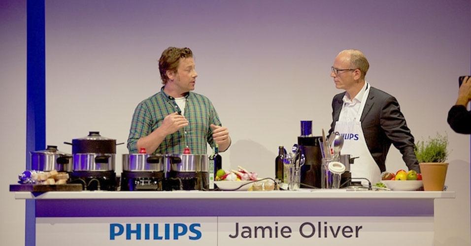 30.ago.2012 - o chef Jamie Oliver apresentou a panela Home Cooker, da Philips, que mexe sozinha a comida. Segundo o fabricante, o produto não queima os alimentos porque um sensor faz com que a panela desligue automaticamente. O kit é composto pela panela, o processador de alimentos, a cesta para cozimento a vapor e o ''segundo andar'' (uma panela adicional). Custará 399 euros (cerca de R$ 1.026) no mercado europeu