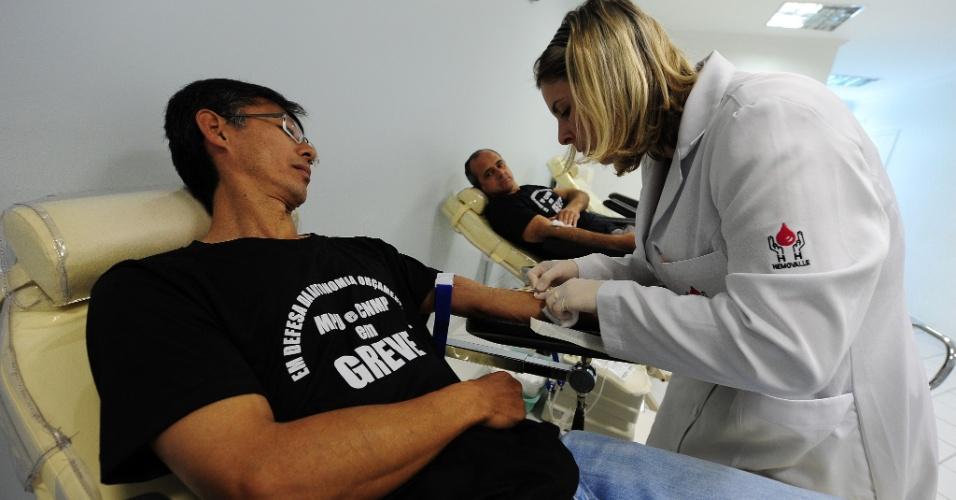 30.ago.2012 - Servidores federais em greve doam sangue em São José dos Campos (SP) nesta quinta-feira (30). A categoria reivindica a valorização do serviço público, melhoria dos salários e infraestrutura para a execução de serviços. O governo ofereceu um acordo de reajuste salarial de 15,8% na folha salarial de cada categoria