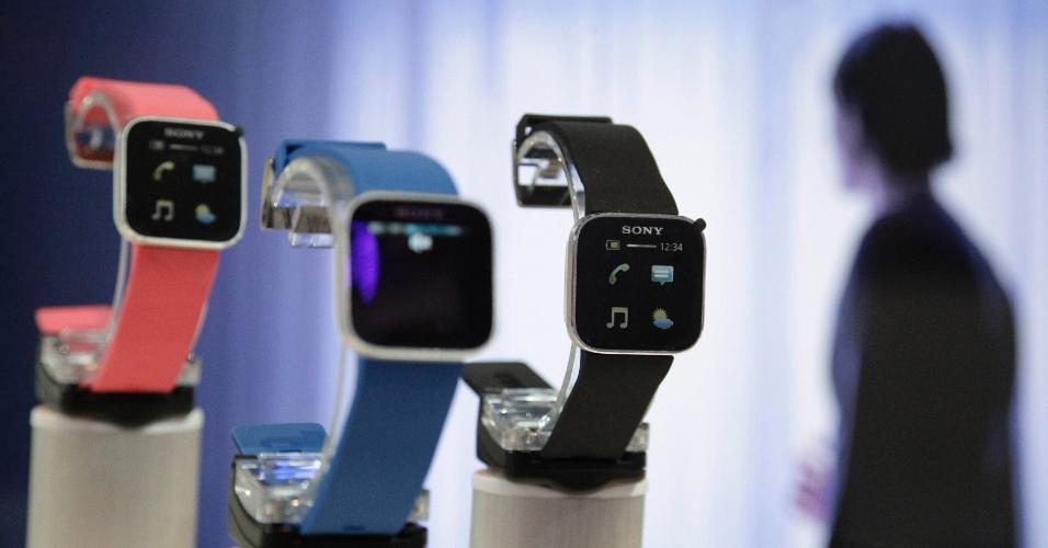 30.ago.2012 - Sony expõe SmartWatch em estande da empresa no dia anterior a abertura oficial da IFA 2012 (evento anual de tecnologia realizado em Berlim, na Alemanha). O SmartWatch é um relógio equipado com o sistema operacional Android. A IFA 2012 vai de 31 de agosto a 5 de setembro