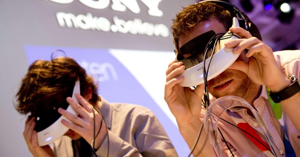 30.ago.2012 - Visitantes testam óculos 3D no estande da Sony durante a 52ª edição da IFA (evento de tecnologia realizado em Berlim, na Alemanha)