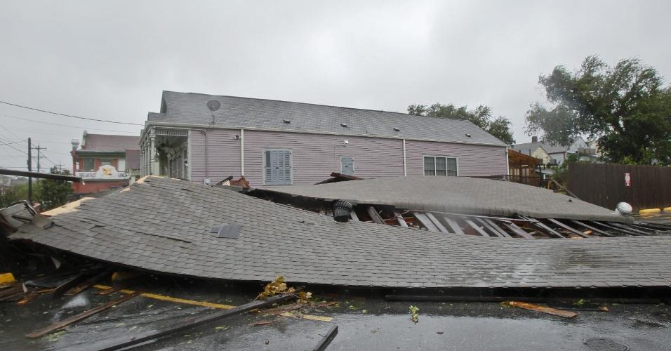 30.ago.2012 - Loja desaba em Nova Orleans (EUA) durante a passagem do furacão Isaac