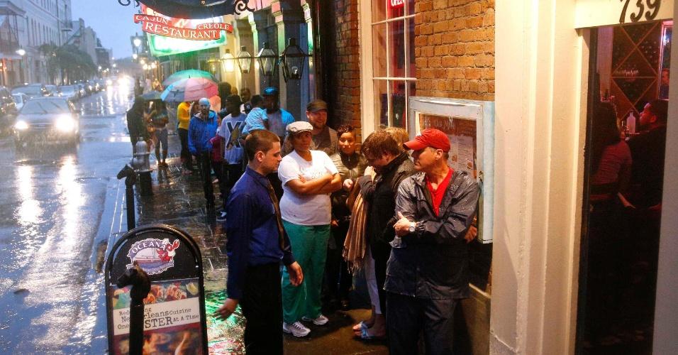 30.ago.2012 - Moradores do Quarteirão Francês, em Nova Orelans, na Louisiana (EUA), fazem fila em um dos poucos restaurantes abertos na região durante a passagem do furacão Isaac pelo Estado