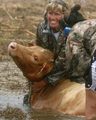 30.ago.2012 - Sherry Henson e Charmin Cosse tentam resgatar gado de uma área inundada após a passagem do furacão Isaac condado de Plaquemines Parish, em Louisiana, nesta quinta-feira (30)