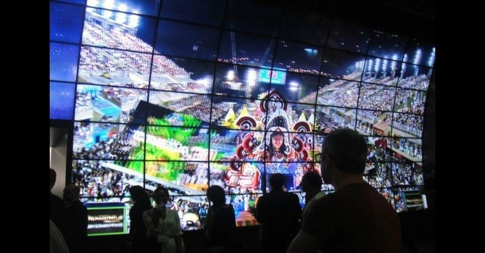 29.ago.2012 - Apresentação de televisores com tecnologia 3D no estande da LG na IFA usou imagens do Carnaval brasileiro para 'animar' os espectadores