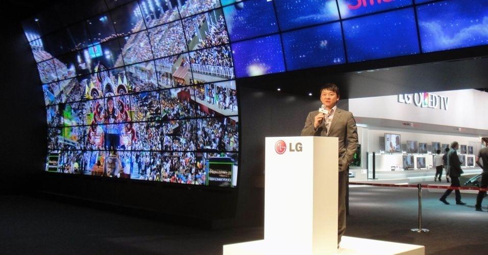 Apresentação de televisores com tecnologia 3D no estande da LG na IFA usou imagens do Carnaval brasileiro para 'animar' os espectadores