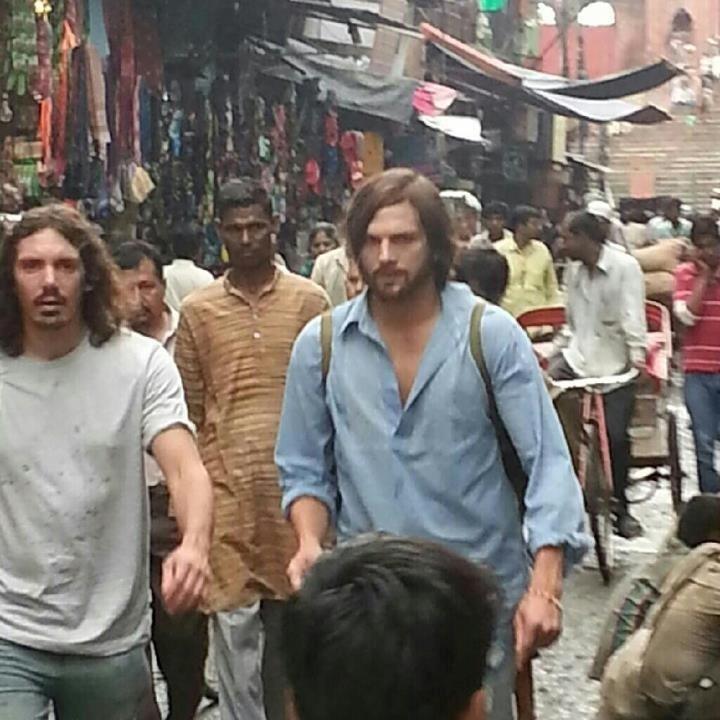 Ashton Kutcher foi flagrado na Índia caracterizado como Steve Jobs em set de filmagens de