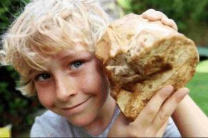 O menino, a rocha, a grana. Atire a primeira pedra quem nunca sonhou em topar com a sorte desse jeito