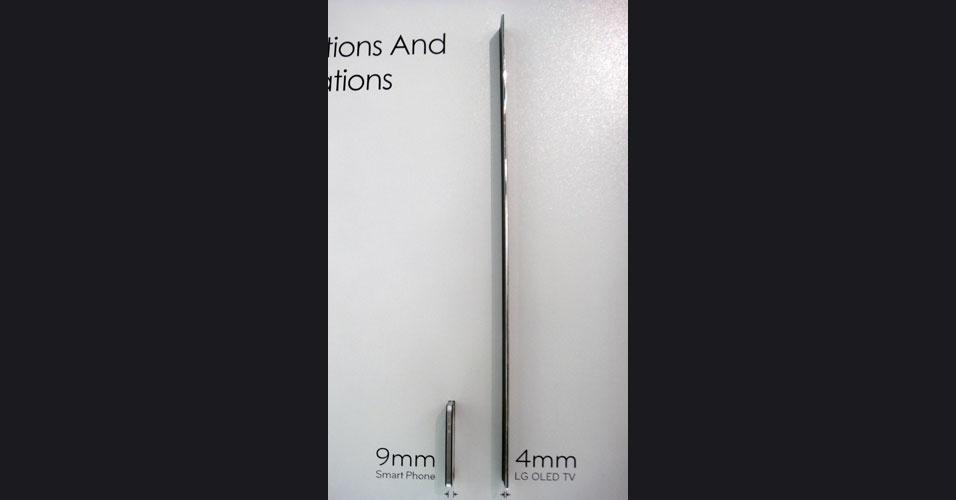 30.ago.2012 - LG mostra espessura de TV ultrafina com tecnologia Oled (dir.). À esquerda, a espessura de um smartphone. Os aparelhos, de 55 polegadas, já haviam sido apresentados na CES 2012, feira em Las Vegas, e têm 4 mm de espessura