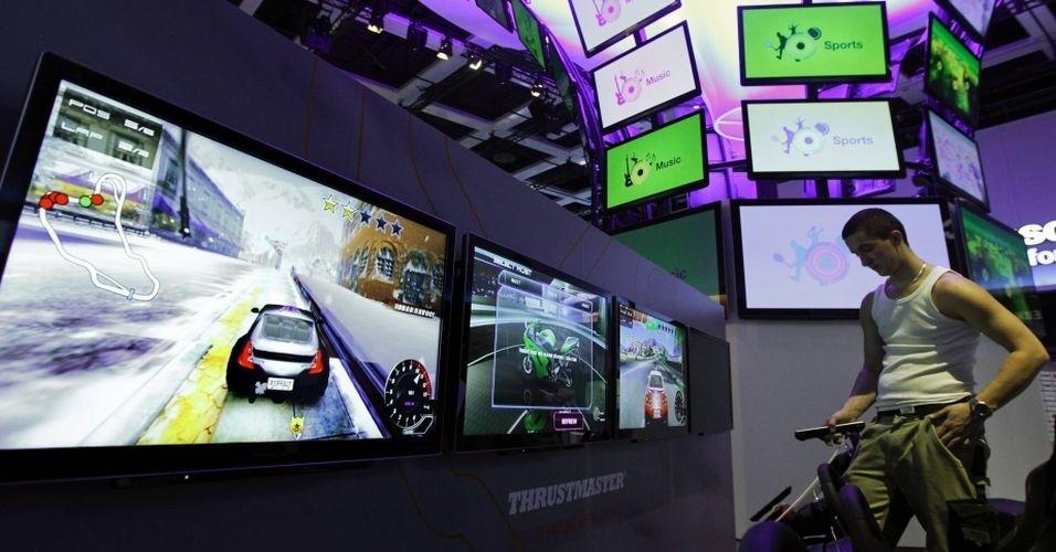 Junto como smartphones, tablets, computadores e outros gadgets, a tecnologia das TVs também chama atenção na IFA 2012. Na foto, estande da Panasonic