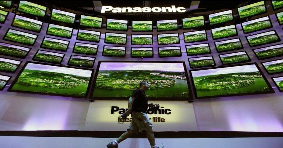 Junto como smartphones, tablets, computadores e outros gadgets, a tecnologia das TVs também chama atenção na IFA 2012. Na foto, 'parede de TVs' no estande da Panasonic