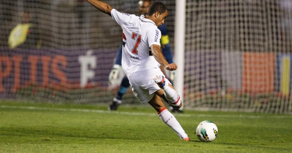 Lucas arrisca chuta e tenta marcar para o São Paulo, enquanto Jefferson, do Botafogo, se prepara para defesa