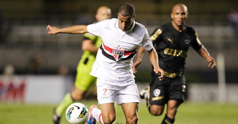 Lucas conduz a bola em direção ao gol do Botafogo, durante o duelo no Morumbi