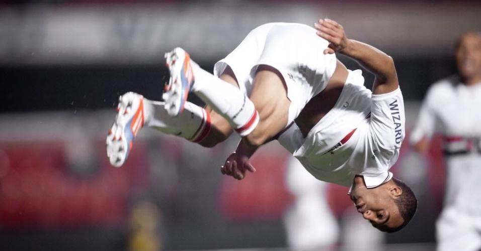Lucas dá um 'mortal' em comemoração do terceiro gol do São Paulo no jogo contra o Botafogo