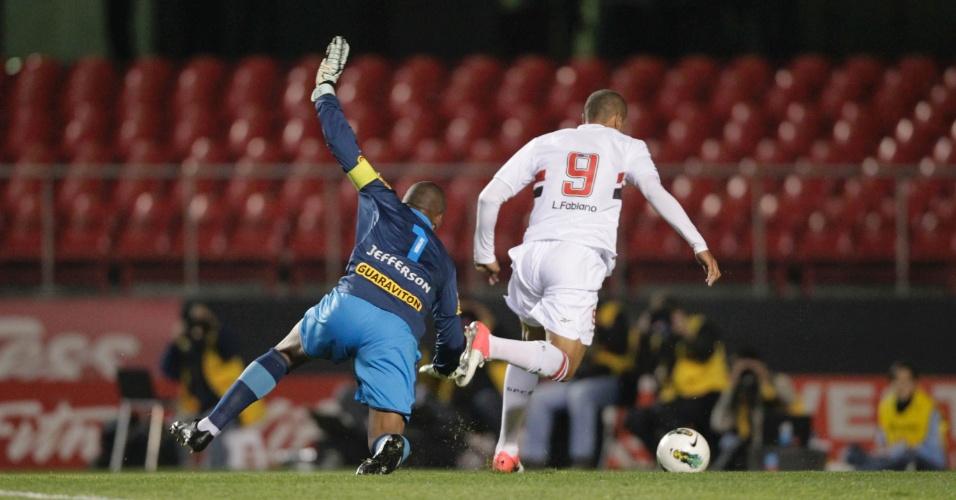 Luis Fabiano dribla o goleiro Jefferson, do Botafogo, e faz gol para o São Paulo, no Morumbi